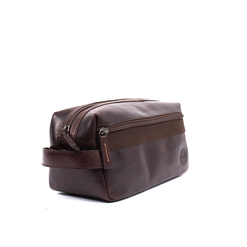 Adrian-toilet-bag-leather-brown-detail